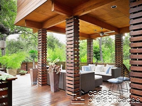 Columnas para exteriores húmedos revestidas de madera barnizada