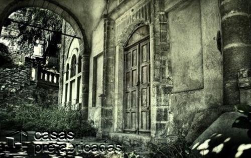 Fachada de casa embrujada