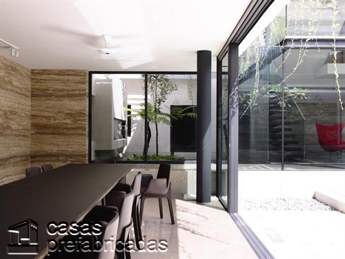 Perfecta casa moderna construida sobre terreno irregular (13)