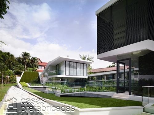 Perfecta casa moderna construida sobre terreno irregular (3)