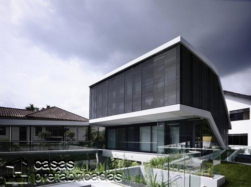 Perfecta casa moderna construida sobre terreno irregular (4)