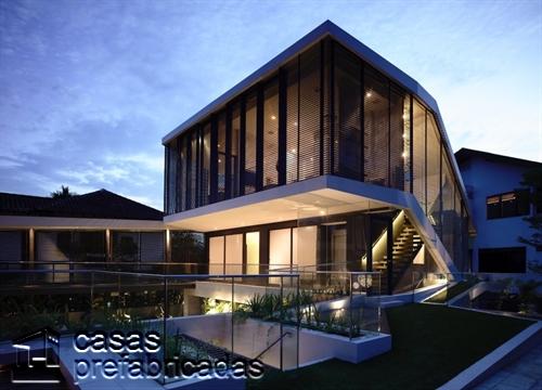 Perfecta casa moderna construida sobre terreno irregular (5)