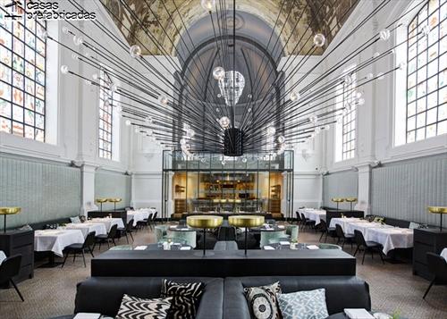 Curioso y extravagante restaurante con interiores identicos a los de una iglesia (1)