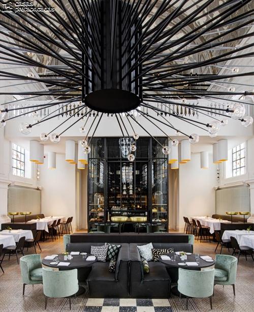Curioso y extravagante restaurante con interiores identicos a los de una iglesia (4)
