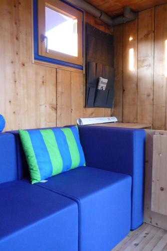 Construccion de vivienda de tres pisos con madera en terreno minusculo (10)