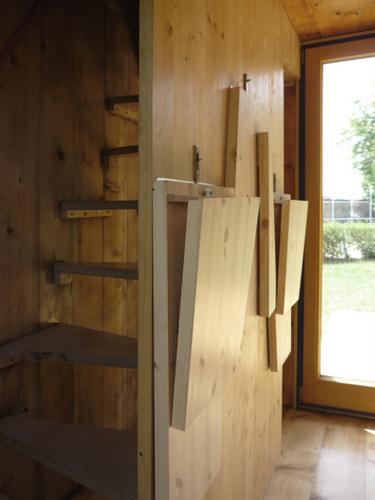 Construccion de vivienda de tres pisos con madera en terreno minusculo (11)