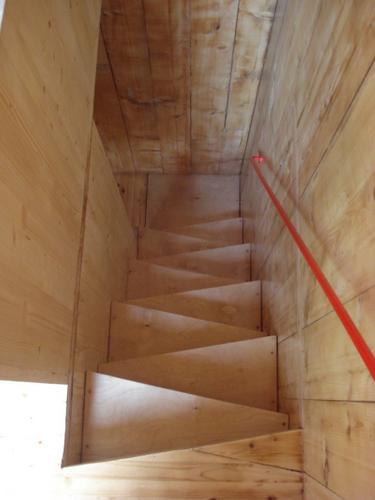 Construccion de vivienda de tres pisos con madera en terreno minusculo (12)
