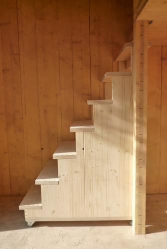 Construccion de vivienda de tres pisos con madera en terreno minusculo (15)