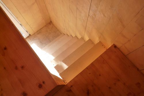 Construccion de vivienda de tres pisos con madera en terreno minusculo (16)