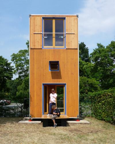 Construccion de vivienda de tres pisos con madera en terreno minusculo (4)