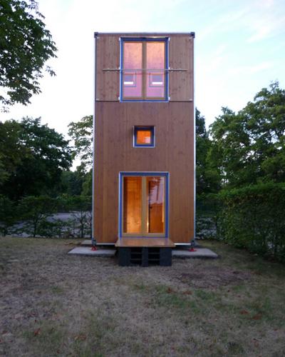 Construccion de vivienda de tres pisos con madera en terreno minusculo (5)
