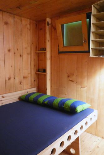 Construccion de vivienda de tres pisos con madera en terreno minusculo (6)