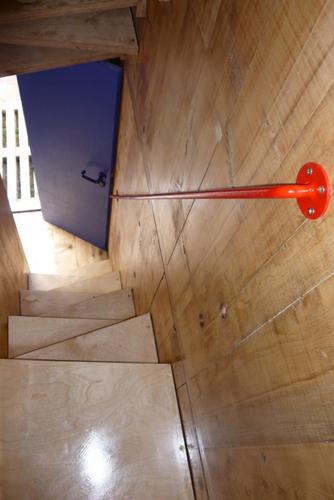 Construccion de vivienda de tres pisos con madera en terreno minusculo (7)