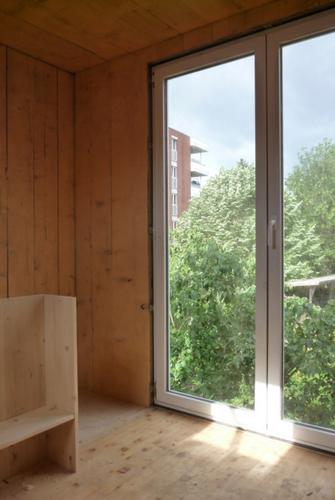 Construccion de vivienda de tres pisos con madera en terreno minusculo (8)