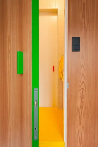 Camas instaladas en la pared en apartamento Belga de colores citricos (10)