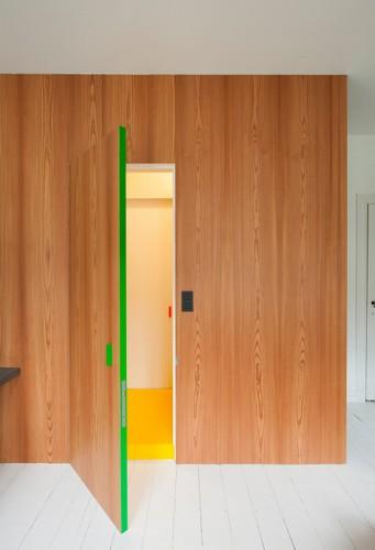 Camas instaladas en la pared en apartamento Belga de colores citricos (11)