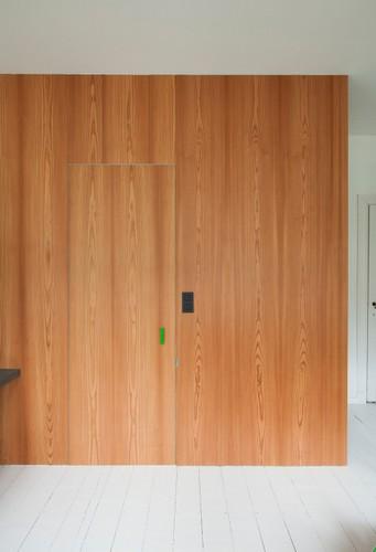 Camas instaladas en la pared en apartamento Belga de colores citricos (12)