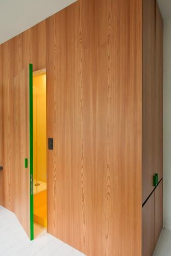 Camas instaladas en la pared en apartamento Belga de colores citricos (13)
