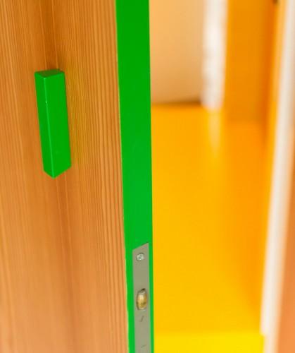 Camas instaladas en la pared en apartamento Belga de colores citricos (16)