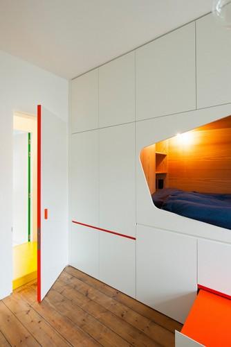 Camas instaladas en la pared en apartamento Belga de colores citricos (2)