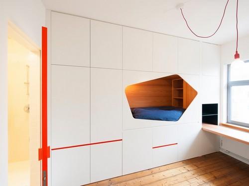 Camas instaladas en la pared en apartamento Belga de colores citricos (4)