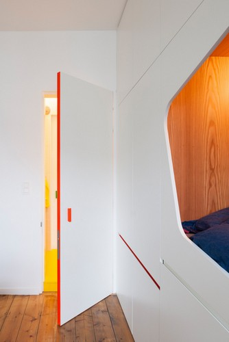 Camas instaladas en la pared en apartamento Belga de colores citricos (6)