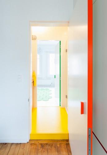 Camas instaladas en la pared en apartamento Belga de colores citricos (7)