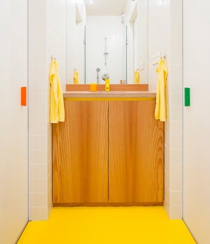 Camas instaladas en la pared en apartamento Belga de colores citricos (8)