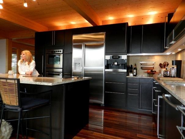 una cocina elegante con colores oscuros que combinan a la perfección