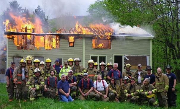 La antigua casa siendo quemada