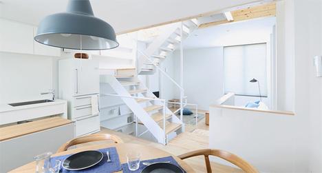 La cocina y al fondo las escaleras