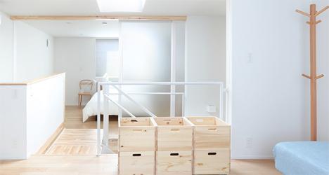 Los colores blancos y la iluminación hacen que la casa se vea mucho más amplia