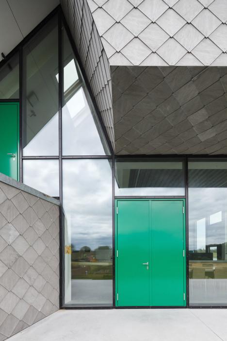 Paredes de cristal y puertas verdes en el diseño