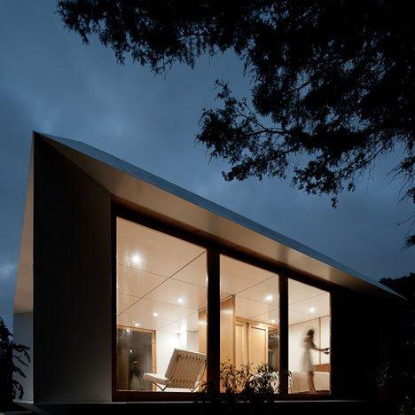 La casa de noche bien iluminada