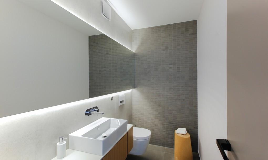 un baño muy moderno y bonito
