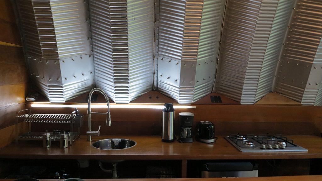 con una cocina muy moderna