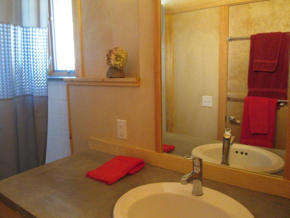 Un baño muy moderno y decorativo